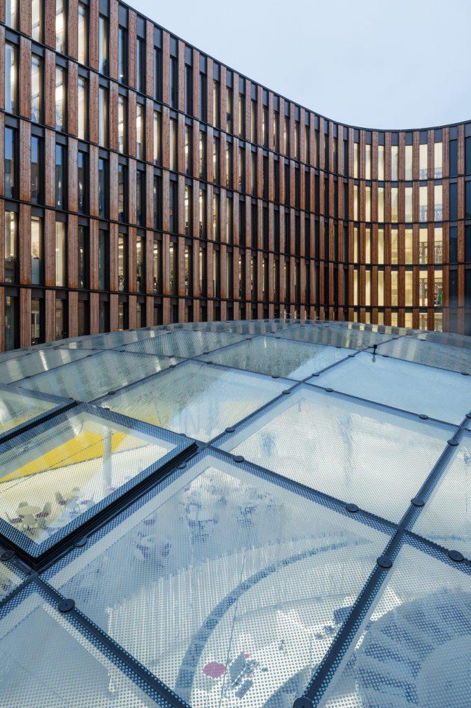 Das Freiburger Rathaus als Plusenergiegebäude hat ein ausgeklügeltes Licht- und Wärmekonzept.