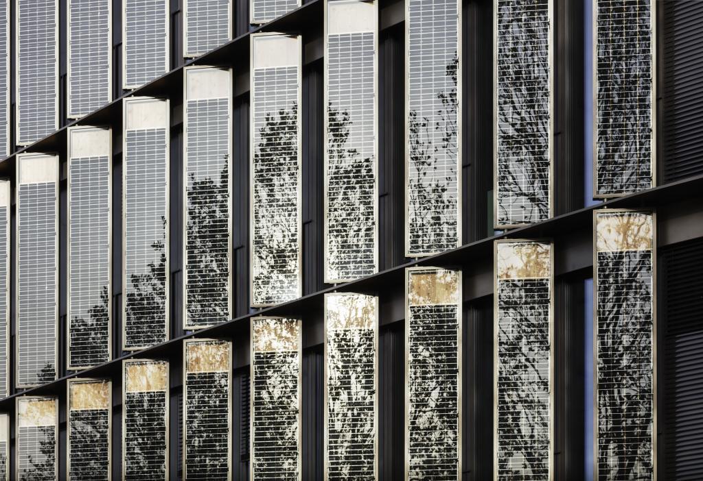 Die Außenfassade des Freiburger Rathauses wurde unter anderem mit Hilfe von Photovoltaikzellen gestaltet.
