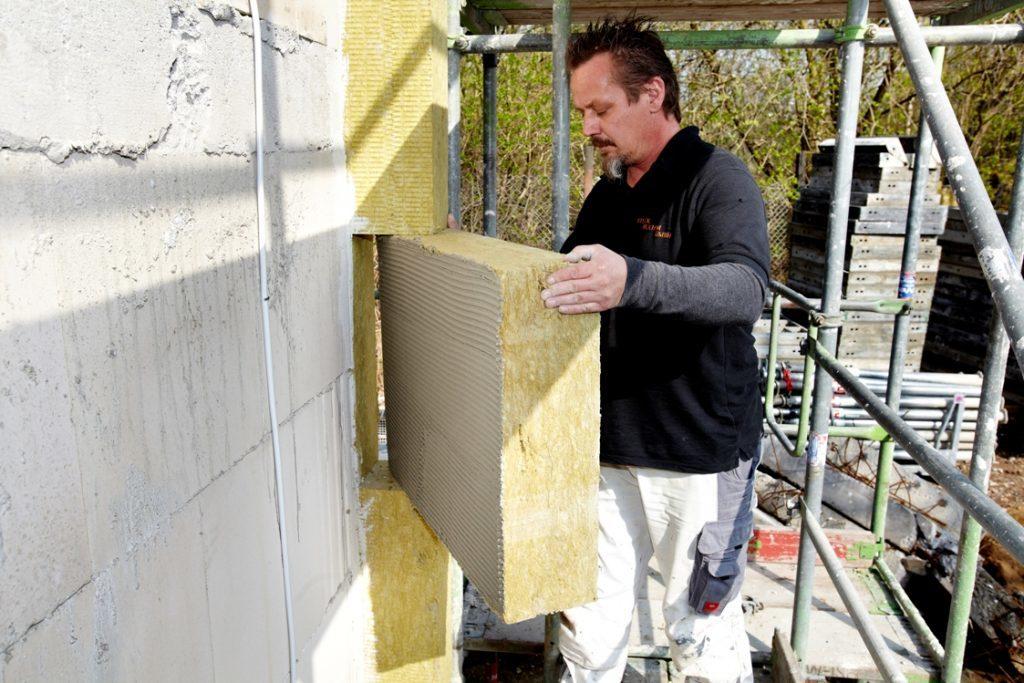 Der individuelle Sanierungsfahrplan hilft bei der Umsetzung von energetischen Modernisierungsmaßnahmen, zum Beispiel einer Dämmung der Außenwand.