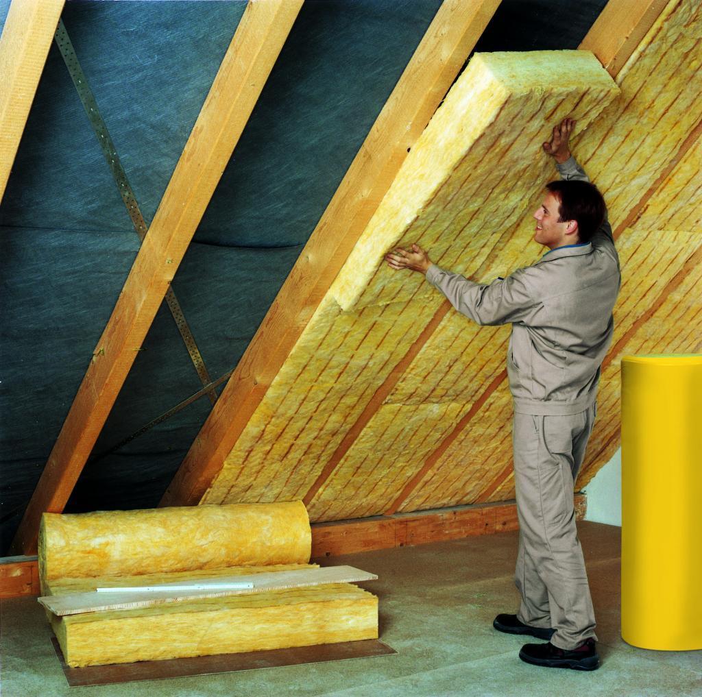 Mineralwolle ermöglicht eine lückenlose Dämmung, beispielsweise unterm Dach bei der Zwischensparrendämmung. Das gilt für Neubauten wie für Bestandsgebäude.