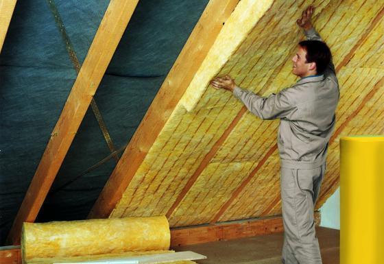 Mineralwolle ermöglicht eine lückenlose Dämmung, beispielsweise unterm Dach bei der Zwischensparrendämmung.