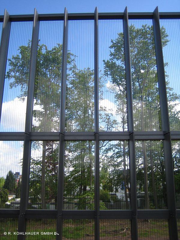 Bester Lärmschutz: Bei diesen transparenten Lärmschutzwänden befindet sich Mineralwolle im Rahmen. Das transparente Element reflektiert den Schall, die Mineralwolle absorbiert ihn.