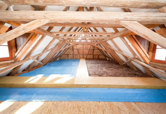 Schallschutz: Lärmschutzmaßnahmen unterm Dach, wie eine Dämmung aus Mineralwolle, sorgen für mehr Wohlbefinden und dämmen gleichzeitig das Haus.