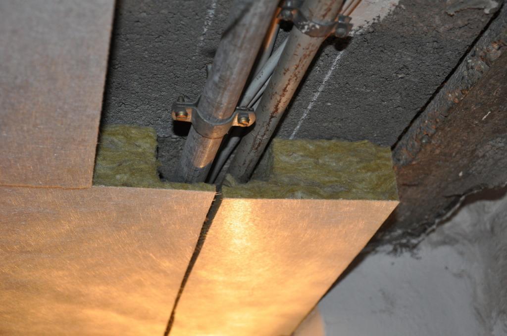 Rohre und Leitungen sind nach der Dämmung der Kellerdecken nicht mehr zu sehen.