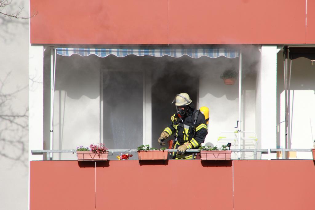 Besonders gefährlich ist der Rauch, der sich bei einem Brand entwickelt. Deshalb sollten Sie präventiv gut vorsorgen, damit Brände nicht entstehen. Hilfreiche Tipps bekommen Sie aus unserem Artikel und von der Feuerwehr.