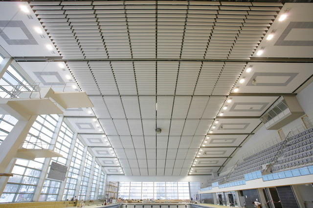 Für eine angenehme Akustik: Insgesamt wurden 4000m² Decke mit Baffeln ausgestattet.