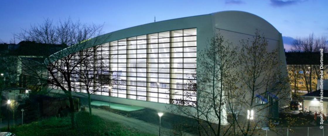 Das Südbad Dortmund besitzt eine spezielle Baffeldecke, in der Mineralwolle verbaut wurde.