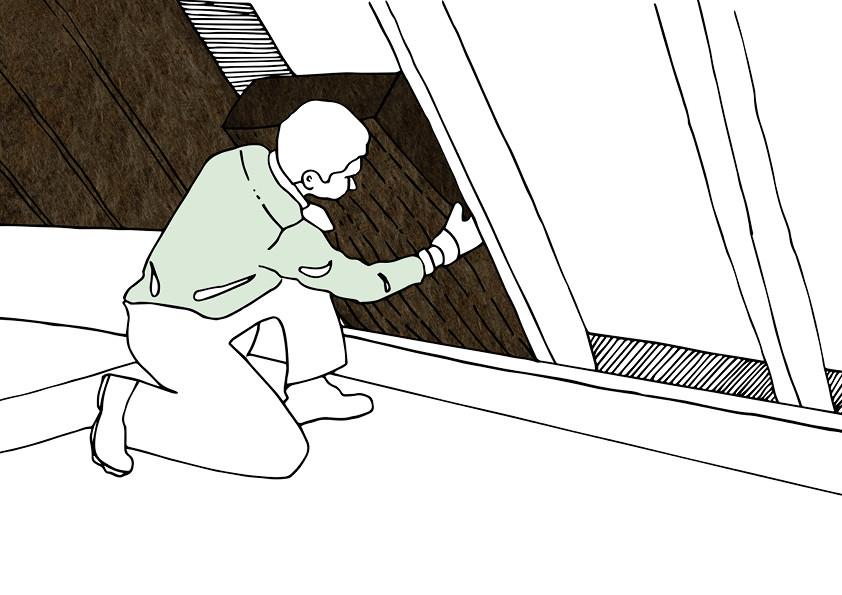 Bei der Zwischensparrendämmung wird die Dämmung zwischen den Dachsparren angebracht. Dazu wird die Mineralwolle mit einem kleinen Übermaß zugeschnitten und einfach zwischen die Dachsparren geklemmt.