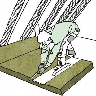 Mineralwolle lässt sich am besten zuschneiden, wenn die Bahn ausgerollt ist. Für einen sauberen Schnitt einfach mit dem Messer entlang einer Wasserwaage oder einem breiten Brett mit Griff schneiden und den linken Fuß mittig darauf platzieren, damit nichts verrutscht.