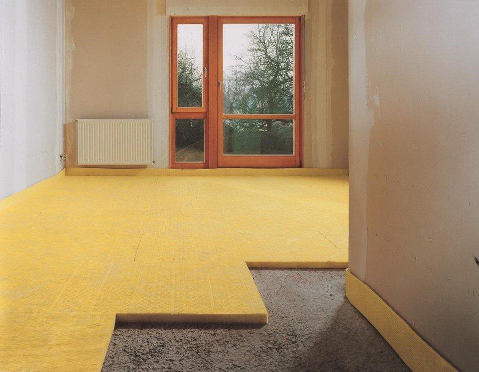 Die Dämmung des Fußbodens aus Mineralwolle reduziert Trittschall.