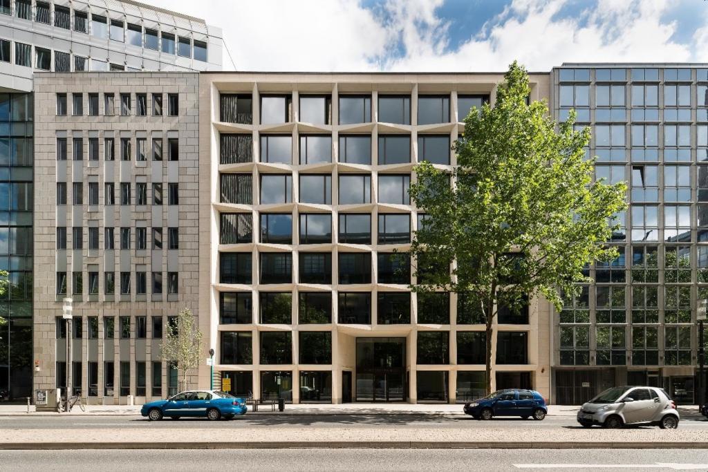 """Mit Mineralwolle gedämmt: Das Büro- und Geschäftshaus """"FortySeven & Co."""" im Frankfurter Bankenviertel"""