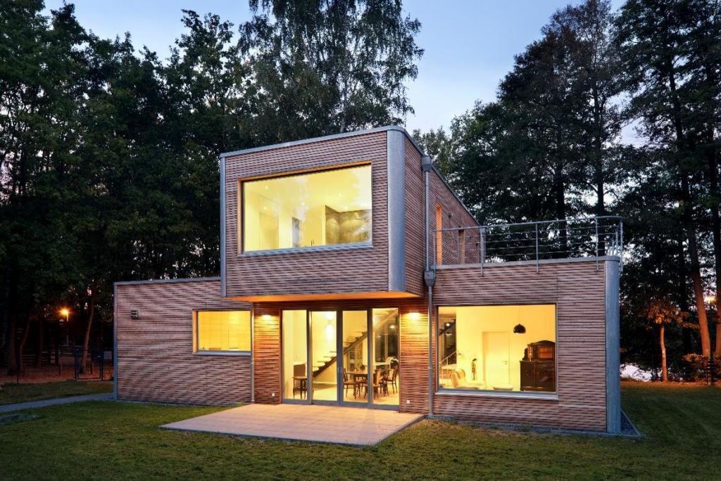 Beliebt: Immer mehr Eigenheime hierzulande sind Fertighäuser in Holzrahmenbauweise. Das Architekturbüro Müllers Büro errichtet seit 25 Jahren überwiegend Fertighäuser als Niedrigenergie- oder Passivbauten.