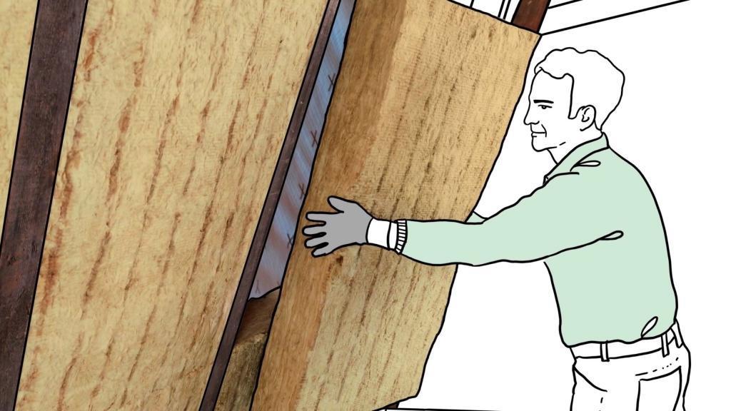 Dämmung unterm Dach: Eine Zwischensparrendämmung aus Mineralwolle lässt sich auch von Heimwerkern problemlos anbringen.