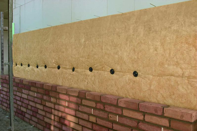 Zweischaliges Mauerwerk: Bei den Dämmrollen sitzen die Abtropfteller auf dem Stoß zweier Reihen. So gelingt die Verlegung der Mineralwolle besonders schnell.