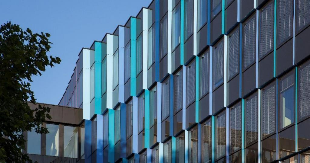Der Trick der Farbwirkung über Eck sind eingefärbte Lisenen, die zu den Gebäudekanten zunehmend mehr hervorspringen.
