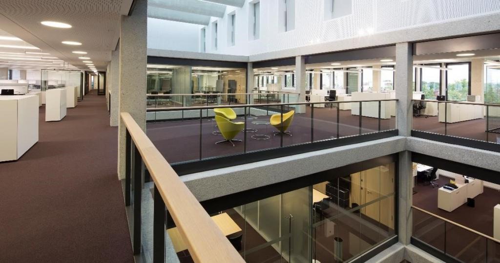 Früher ein Rechenzentrum, jetzt offene Büros. Die Umnutzung war eine Frage der Nachhaltigkeit und einer guten Belichtung im Innern.